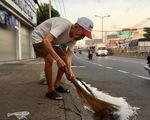 Cụ ông 88 tuổi quét rác làm sạch khu phố