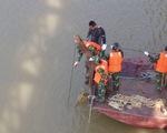 Cấm tàu thuyền chạy trên sông Hồng gần cầu Long Biên vì có bom