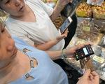 Với ngân hàng số: Khách hàng sẽ giao dịch qua thiết bị thông minh