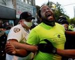 Hai nghị sĩ da đen bị xịt hơi cay và bắt nhầm trong biểu tình ôn hòa