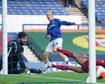 Liverpool may mắn cầm chân Everton trong trận derby Merseyside