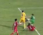 Bàn thắng gây tranh cãi ở V-League, Văn Toản vào bóng khiến Đỗ Merlo nằm sân