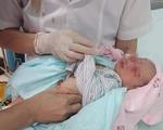 Cứu bé sơ sinh 2-3 ngày tuổi bị bỏ rơi dưới hố ga giữa trời Hà Nội nắng như đổ lửa