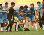 Bức xúc vì bị thổi việt vị, cầu thủ nghiệp dư ở Indonesia... đạp đầu trọng tài