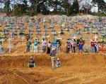 Brazil vượt mốc 2 triệu ca COVID-19, không đủ quan tài chôn người chết