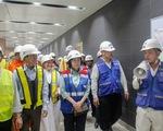 Lãnh đạo Ủy ban MTTQ TP tham quan ga metro TP và tặng quà cho công nhân