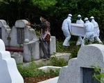 Đào mộ người chết vì virus corona ở Indonesia