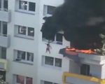 Cứu 2 cậu bé khỏi một tòa nhà cháy: người cứu và người được cứu đều anh hùng