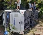 Lật xe chở đoàn đi họp lớp, ít nhất 8 người chết
