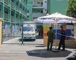 Một số bệnh nhân và người nhà rời khỏi Bệnh viện Đà Nẵng trước giờ cách ly