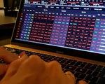 Cổ phiếu đồng loạt rớt giá, khối ngoại gom mua ròng hàng trăm tỉ đồng
