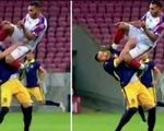 Video cầu thủ bay người đá kungfu vào đầu đối thủ mà báo chí gọi