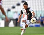 Dứt điểm đẹp mắt, Ronaldo lần đầu tiên đá phạt thành bàn ở Juventus