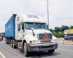 Container chạy vào làn đường xe máy trên xa lộ Hà Nội, tông chết người