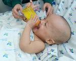 Trúc Nhi - Diệu Nhi tự cầm bình sữa uống, cười tít mắt khi thấy mẹ
