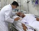 Người cha bắt rắn hổ mang chúa bị biến chứng suy đa cơ quan, bệnh viện dồn lực cứu chữa