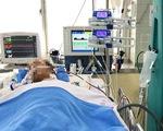 Người cha bị rắn cắn cai máy thở, sức khỏe khả quan hơn