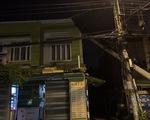 Cột điện đang lắp đặt ngã đè làm vỡ mái nhà dân