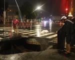 Trong đêm mưa lớn nhất từ đầu năm, ngã tư Nguyễn Oanh - Phan Văn Trị sụp một hố lớn