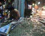 Hứng trận mưa lớn nhất từ đầu năm, nhiều đường trung tâm TP.HCM ngập nặng