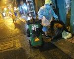 Đêm mưa tầm tã, nhiều người Sài Gòn vẫn vất vả mưu sinh