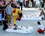 Nhảy qua người những em bé sơ sinh để xua đuổi tà ma