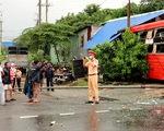 Sau va chạm, xe khách Phương Trang lủi vào nhà dân