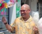 Color Man làm người bán hàng rong, kêu gọi giúp đỡ những mảnh đời khó khăn