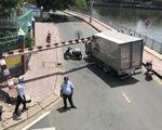 Xe tải kéo sập khung giới hạn dạ cầu Hoàng Hoa Thám, phong tỏa đường Trường Sa