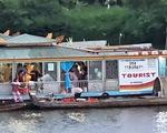 Xử phạt chủ thuyền rồng xả vàng mã trên sông Hương