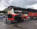 Xe khách cháy rụi trong bến xe miền Đông
