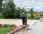 Đi qua đập tràn và sửa trạm cân ngập nước sau bão, 2 người tử vong
