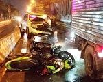 Ôtô 7 chỗ tông nhiều xe dừng chờ đèn đỏ ở quận Bình Tân, TP.HCM
