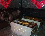 Quán karaoke tắt đèn, khóa cửa, cho nhân viên múa thoát y với khách
