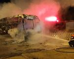 Xe khách bốc cháy ngùn ngụt bên trạm BOT quốc lộ 19