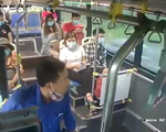 Bị nhắc đeo khẩu trang, hành khách nhổ nước bọt vào nhân viên xe buýt
