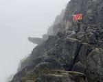 Khách du lịch rơi từ mỏm đá