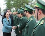 Bà Trương Thị Mai thăm cán bộ, chiến sĩ giúp dân khắc phục hậu quả thiên tai
