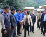 Bà Trương Thị Mai thăm bà con vùng sạt lở ở huyện miền núi Quảng Nam