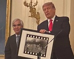 Nhiếp ảnh gia gốc Việt Nick Út được ông Trump trao Huân chương nghệ thuật