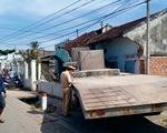 Xe cẩu mất lái tông sập nhà dân ven quốc lộ 1
