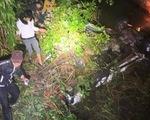 Xe bán tải lao xuống suối lật ngửa, 2 người chết, 4 người bị thương
