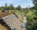 Lạ đời: Kênh thấp hơn ruộng cả mét, xây xong bỏ hoang rồi phải gia cố(!)