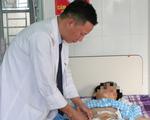 Bé trai bị trái bóng đập vỡ lách nhưng giấu mẹ, may được cứu sống