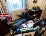 Người biểu tình Mỹ lấy một chiếc laptop trong phòng bà chủ tịch Hạ viện Pelosi