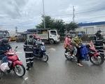 Vùng giáp ranh TP.HCM tấp nập xe cộ, người dân bắt đầu qua lại làm việc, buôn bán