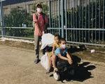 Cha đẩy 2 con trai trên xe tự chế tính đi bộ từ Đồng Nai về quê Trà Vinh