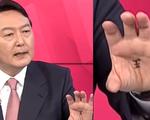 Ứng viên tổng thống Hàn Quốc viết chữ