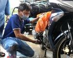 Giảng viên, sinh viên sửa xe cho người hồi hương