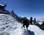 Du khách nườm nượp lên Fansipan chụp ảnh tuyết ngày cuối năm